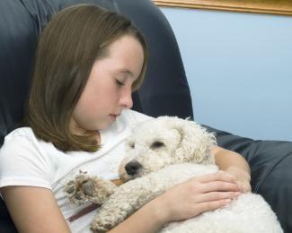 Fetiță care ține câinele